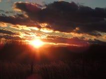 Sonnenuntergang hinter dem Zaun Stockfotos