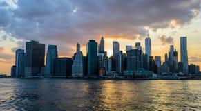 Sonnenuntergang hinter den Skylinen von New York City Lizenzfreie Stockfotos