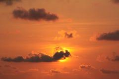 Sonnenuntergang hinter den Wolken Stockbilder