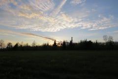 Sonnenuntergang hinter einem Wald stockfotos