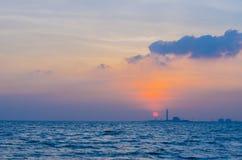 Sonnenuntergang hinter einer Fabrik lizenzfreies stockfoto