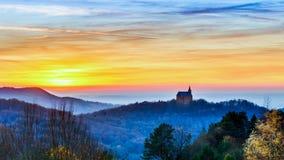 Sonnenuntergang hinter Guegel-Kirche Lizenzfreie Stockfotos