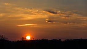 Sonnenuntergang hinter Hügel stockbild