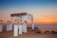 Sonnenuntergang Hochzeitszeremoniebogen mit Blumen dekorativen arrangemen Lizenzfreies Stockbild