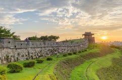 Sonnenuntergang an Hwaseong-Festung in Suwon, Südkorea lizenzfreie stockbilder