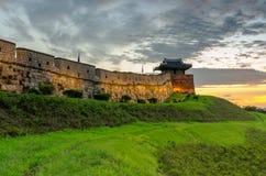 Sonnenuntergang an Hwaseong-Festung in Suwon, Südkorea Stockfotografie