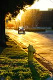 Sonnenuntergang, Hydrant und ein Auto Lizenzfreie Stockbilder