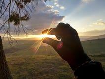 Sonnenuntergang in Ihrer Hand Lizenzfreies Stockfoto