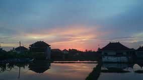 Sonnenuntergang im Bali-Reflexions-Haus Stockbild