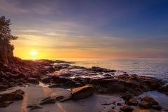 Sonnenuntergang im Buchtstrand Calas Violina in Maremma, Toskana Mediterran stockbilder