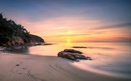Sonnenuntergang im Buchtstrand Calas Violina in Maremma, Toskana Mediterran lizenzfreie stockbilder