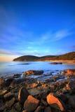 Sonnenuntergang im Buchtstrand Calas Violina in Maremma, Toskana Mediterran stockbild