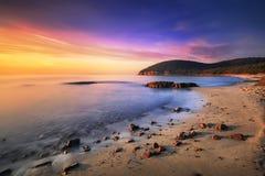 Sonnenuntergang im Buchtstrand Calas Violina in Maremma, Toskana Mediterran stockfotos
