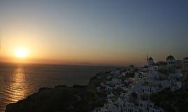 Sonnenuntergang im Dorf von Oia Stockfotos