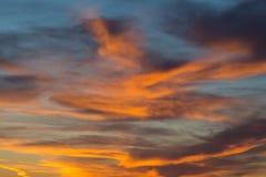 Sonnenuntergang im drastischen blauen Himmel mit Wolken in der orange Farbe tont Stockbild