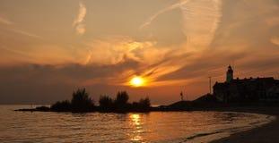 Sonnenuntergang im Fischerdorf Urk, die Niederlande stockbild