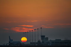 Sonnenuntergang im Flughafen Stockfotos