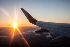 Sonnenuntergang im Flugzeug mit Flügel Stockbild