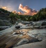 Sonnenuntergang im Fluss lizenzfreies stockbild