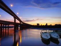 Sonnenuntergang im Flussufer stockfotografie