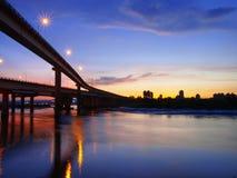 Sonnenuntergang im Flussufer lizenzfreie stockfotografie