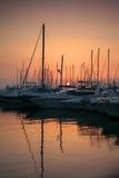 Sonnenuntergang im griechischen Jachthafen. Lizenzfreie Stockfotografie