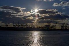 Sonnenuntergang im Hafen Hamburg auf der Elbe Stockbild