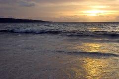 Sonnenuntergang im Jimbaran Strand, Bali-Insel Stockfotografie