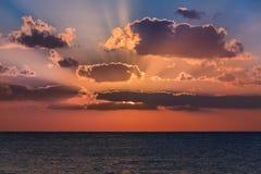 Sonnenuntergang im karibischen Meer Lizenzfreie Stockfotos