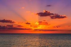 Sonnenuntergang im karibischen Meer Lizenzfreie Stockbilder