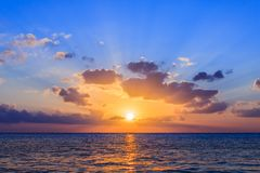 Sonnenuntergang im karibischen Meer Stockfotografie