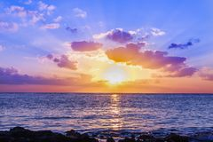 Sonnenuntergang im karibischen Meer Lizenzfreie Stockfotografie