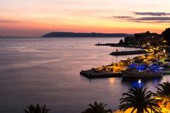Sonnenuntergang im kroatischen Erholungsort Podgora, letzte Strahlen der Sonne Lizenzfreies Stockbild