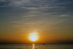 Sonnenuntergang im Meer Lizenzfreie Stockbilder