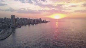 Sonnenuntergang im Meer Fliegen ?ber Buchtjachthafen und -stadtzentrum Beiruts Zaytunay Brummenluftschu? von Beirut, der Libanon, stock footage