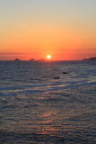 Sonnenuntergang im Meer mit Booten, Rio de Janeiro lizenzfreie stockfotografie