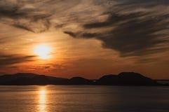 Sonnenuntergang im norwegischen Meer Lizenzfreie Stockbilder