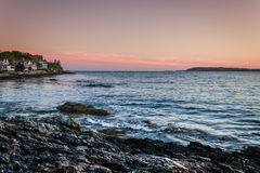 Sonnenuntergang im Ozean-Punkt, Maine mit schönen Häusern im Hintergrund Lizenzfreie Stockfotografie