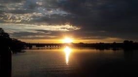 Sonnenuntergang im Palmen-Fluss Lizenzfreies Stockbild
