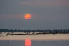 Sonnenuntergang im See Lizenzfreies Stockfoto