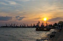 Sonnenuntergang im Seehafen Lizenzfreie Stockbilder