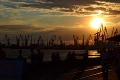 Sonnenuntergang im Seehafen stockbild