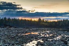 Sonnenuntergang im Waldwald durch den Fluss Russland stockbild