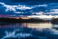 Sonnenuntergang im Waldwald durch den Fluss Russland lizenzfreie stockfotografie