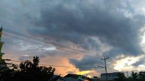 Sonnenuntergang im Wolkensommer Lizenzfreie Stockbilder