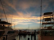Sonnenuntergang am Jachthafen lizenzfreie stockbilder