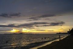 Sonnenuntergang an Jomtien-Strand Lizenzfreie Stockbilder