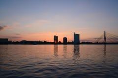 Sonnenuntergang am Kai - sonnen Sie Strahl durch Gebäude Stockbild
