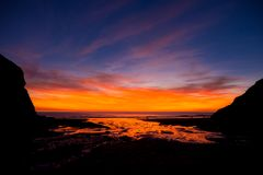 Sonnenuntergang an Kapelle Porth-Strand, in Cornwall Lizenzfreies Stockfoto