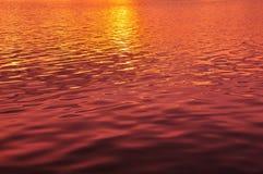 Sonnenuntergang-Licht auf dem Fluss stockfoto